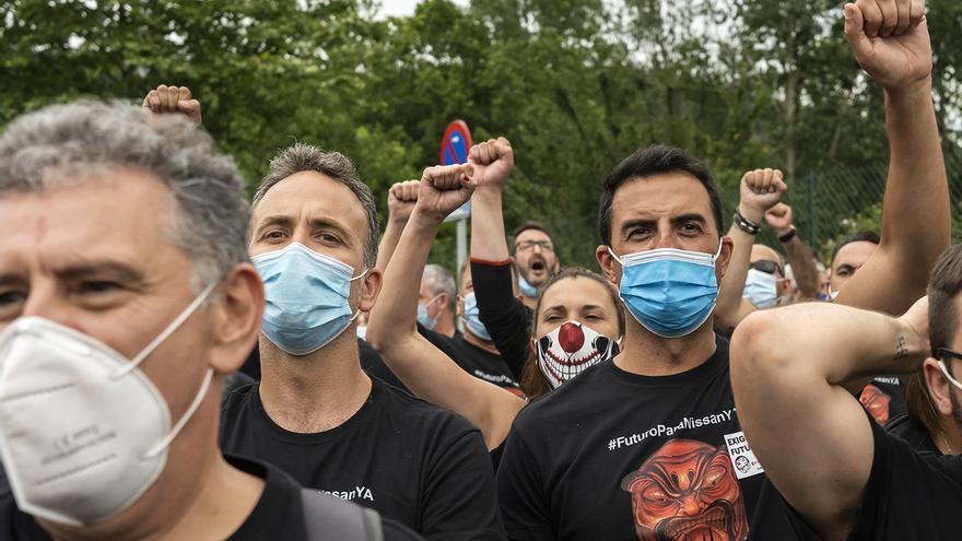 Trabajadores de Nissan en Barcelona se manifiestan en la fábrica de Los Corrales de Buelna. | JOAQUÍN GÓMEZ SASTRE