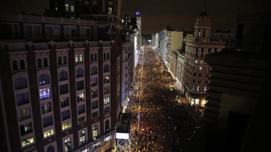 La manifestación feminista recorre la Gran Vía para acabar en Plaza de España.