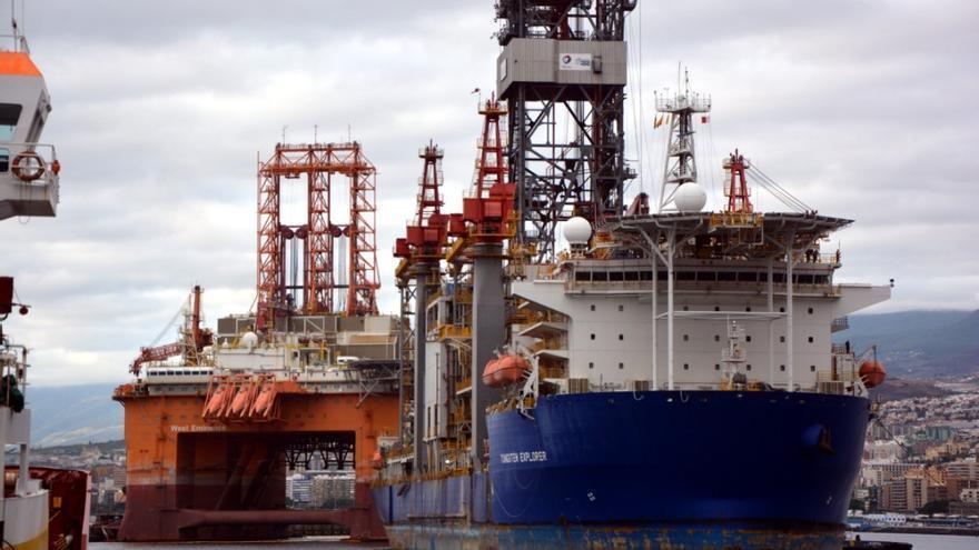El barco 'Tungsten Explorer', atracado en el dique del Este del recinto santacrucero
