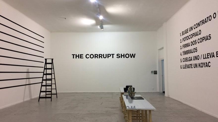 El colectivo danés Superflex cuestiona en Las Naves el modelo político y económico actual mediante una de sus controvertidas instalaciones.