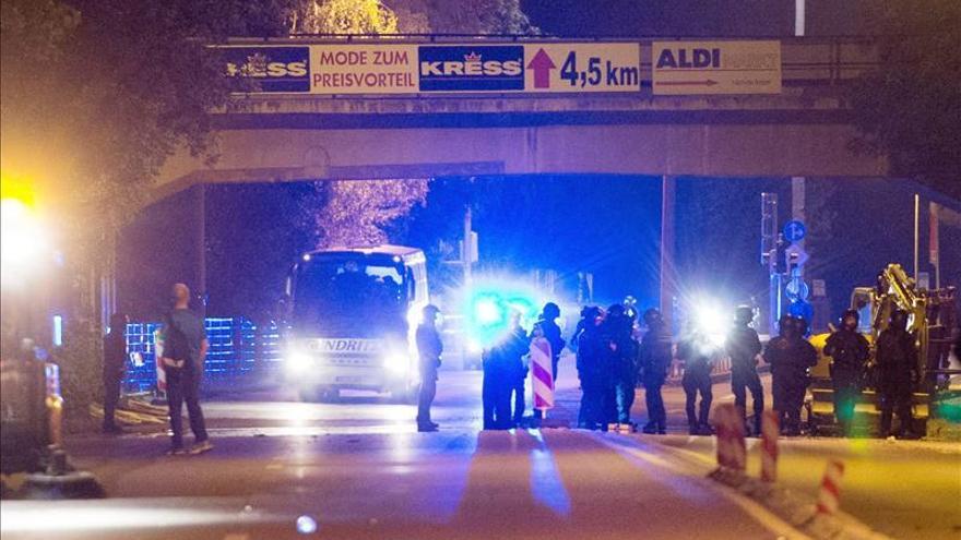 Neonazis hieren a 31 policías en una protesta contra un centro de refugiados alemán