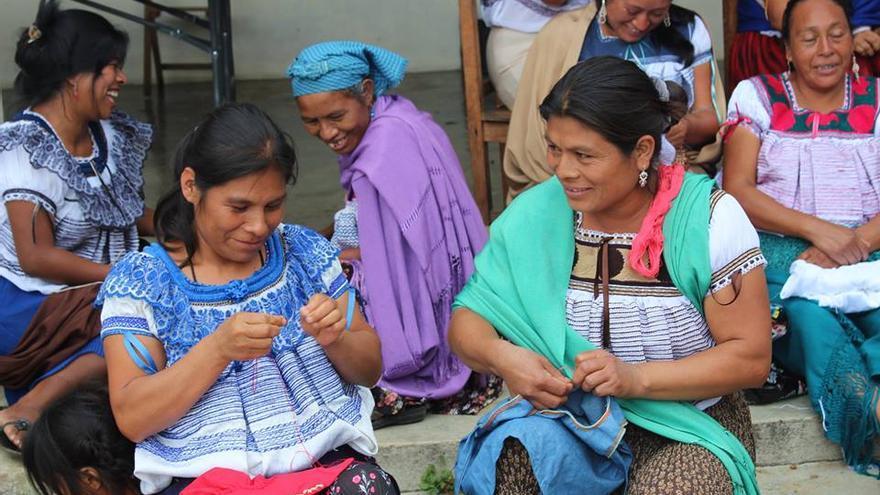 Las artesanas de Aguacatenango se reúnen para bordar. Foto: Facebook/ Impacto