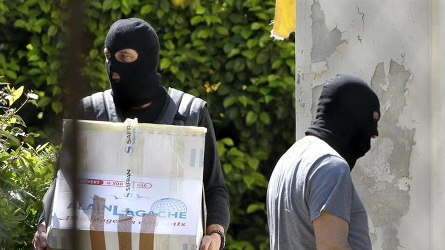 Trasladados a París los 5 arrestados en un depósito de armas de ETA
