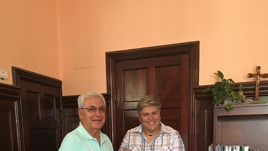 El  accionista de Spar La Palma Javier Martín entrega el desfibrilador a la alcaldesa de Los Llanos de Aridane, Noelia García.