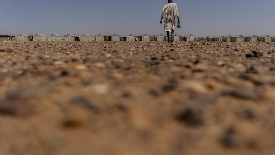 Un hombre caminando en los alrededores del campo de refugiados de Agadez (Níger)