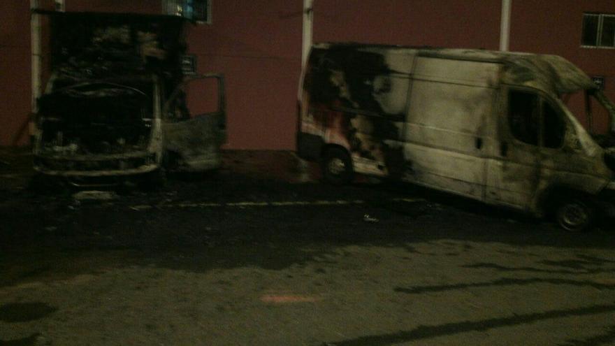 Incendio de un camión, una furgoneta y parte de la fachada de un local en Valsequillo.