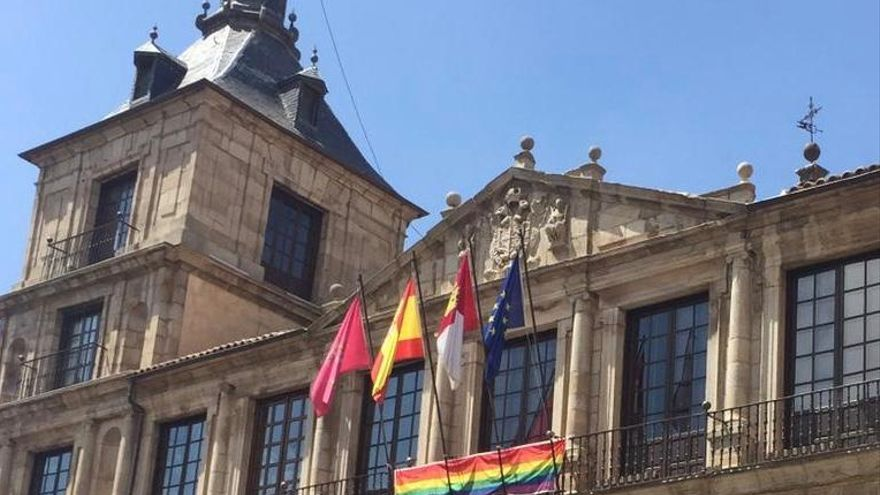 La bandera arcoíris se ha colocado este martes en el balcón del Ayuntamiento