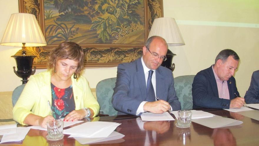 Imagen de archivo de la firma del convenio suscrito entre el Cabildo de La  Palma y los consejos comarcales de La Noguera y de Pallars Jussà para impulsar la creación de una Red de Destinos de Astroturismo.