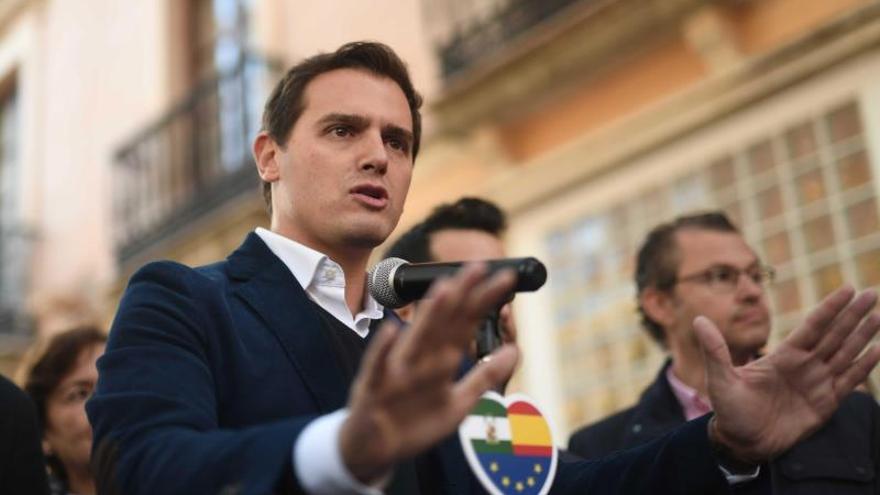 Ciudadanos se abre a negociar con los barones críticos con Sánchez para no atarse al PP en las futuras elecciones
