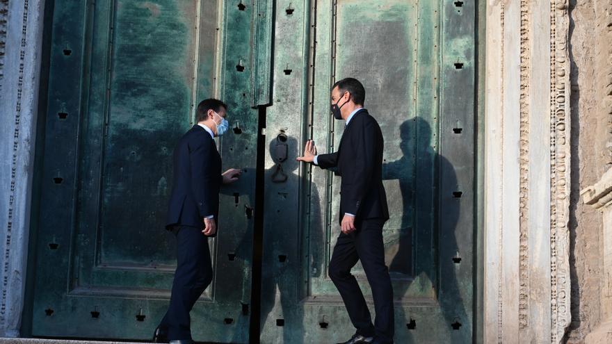 El presidente del Gobierno, Pedro Sánchez (d), y el primer ministro de Italia, Giuseppe Conte (i), abren la puerta de cobre verde del templo de Rómulo y Remo en el Foro Romano, en Roma (Italia), a 20 de octubre de 2020.