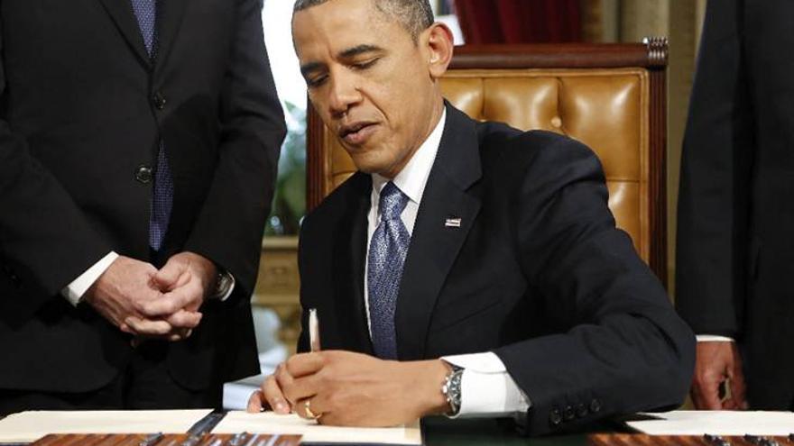 Obama escribe con su mano izquierda