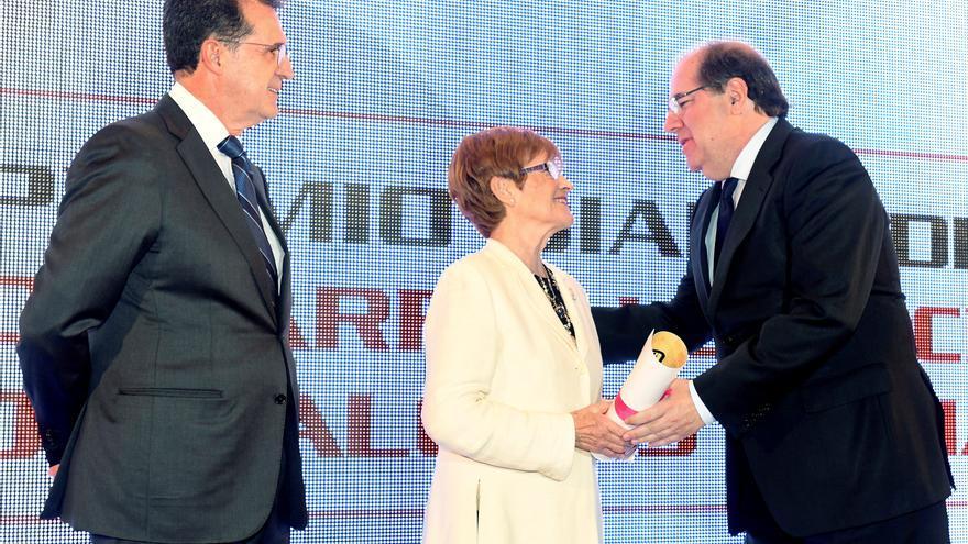 El presidente de la Junta de Castilla y León, Juan Vicente Herrera, entrega el XII Premio Diario de León al Desarrollo Social y de los Valores Humanos a Ascensión Sedano