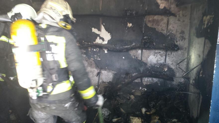 Un incendio causa daños materiales en una zapatería de Noja, que estaba cerrada