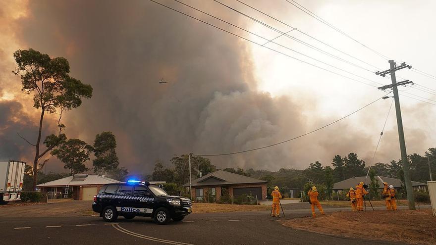 El fuego incontrolado se aproxima al pueblo de Yanderra, en Nueva Gales del Sur, a finales de diciembre de 2019.