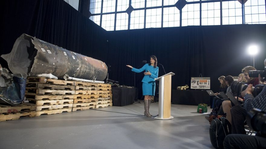 Nikki Haley, embajadora en la ONU, muestra el cuerpo principal del misil que los hutíes lanzaron sobre el aeropuerto de Riad.