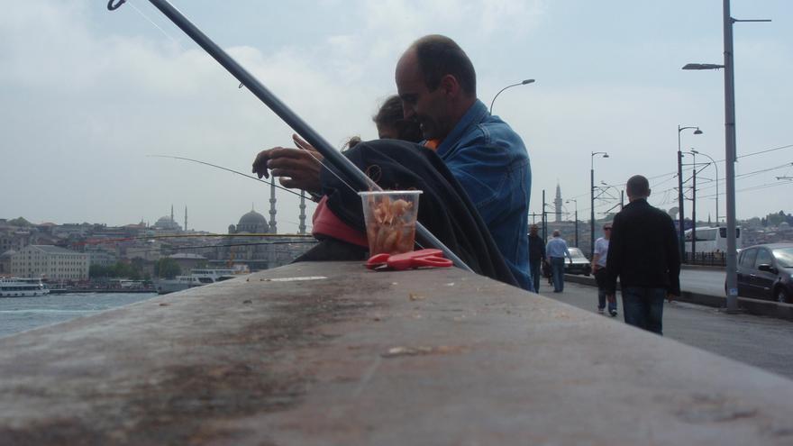Pescadores aficionados ocupan día y noche el puente de Gálata con sus cañas y sus cestos de pequeños pescados / N. R.