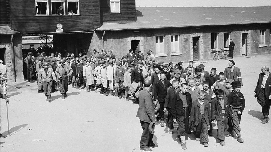 Los presos abandonan el recinto del campo de Buchenwald tras ser liberados por las tropas estadounidenses. Encabeza la formación un grupo de niños (https://nuevodiario.es/noticia/8219/internacional/se-cumple-el-75-aniversario-del-desarme-del-campo-de-concentracion-de-buchenwald.html).