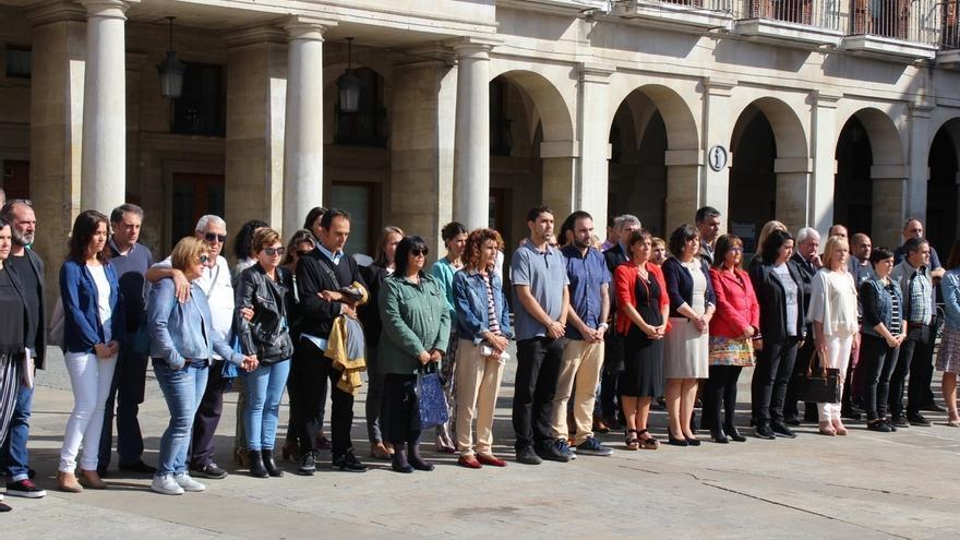 Vecinos y representantes municipales se concentran en Vitoria para condenar el asesinato de una vitoriana en Miranda