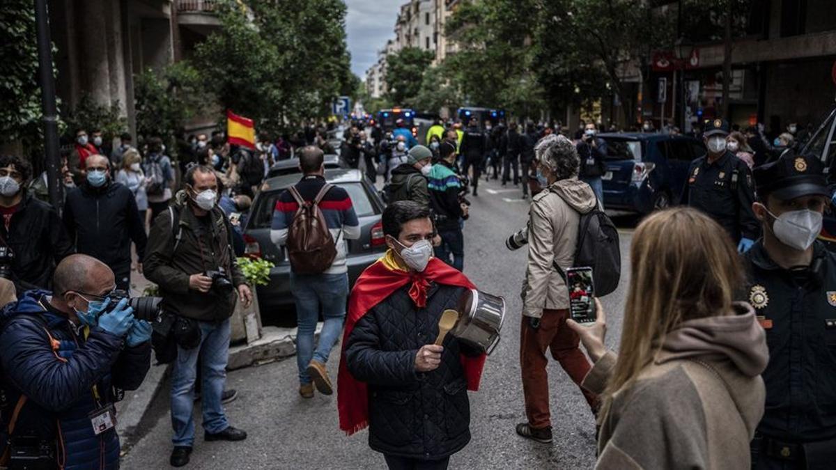 Manifestantes y policías en las protestas contra el confinamiento en el centro de Madrid.