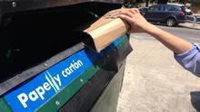 Un contenedor para el reciclaje de papel y cartón.