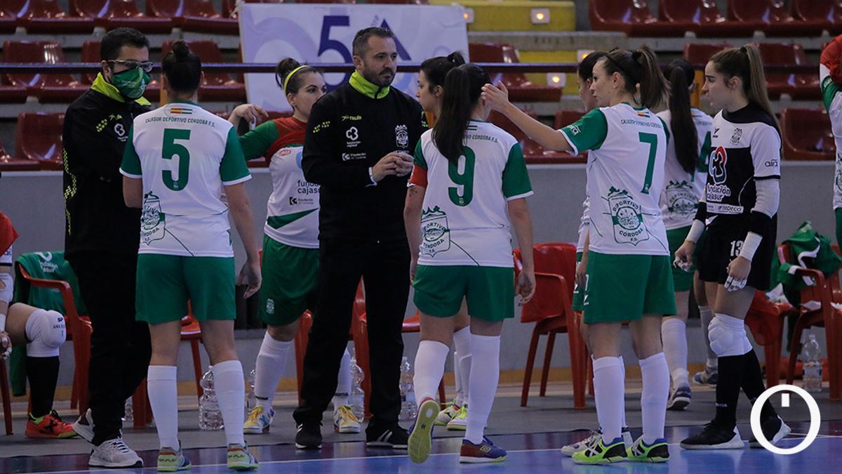 Juanma Cubero, con sus jugadoras en un partido.