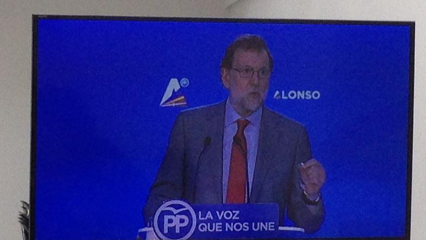 Mariano Rajoy, en una pantalla de televisión durante su mitin en Vitoria.
