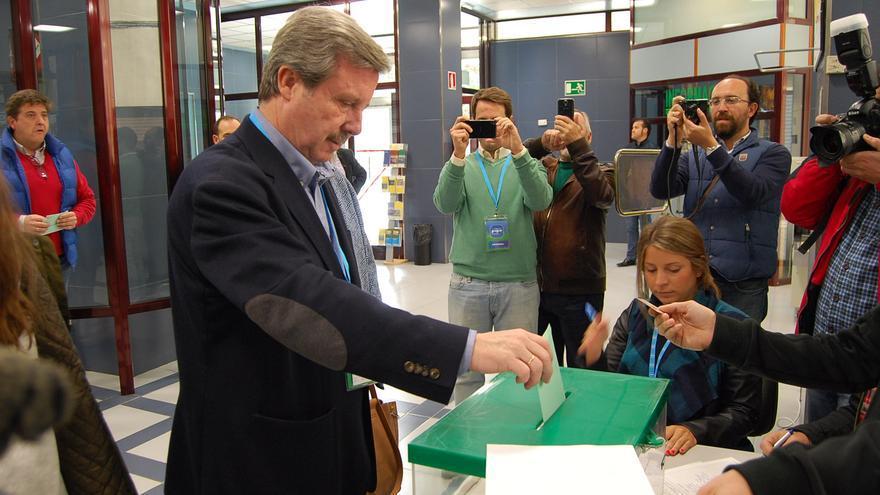 Miguel Ángel García Anguita votando en las elecciones autonómicas.