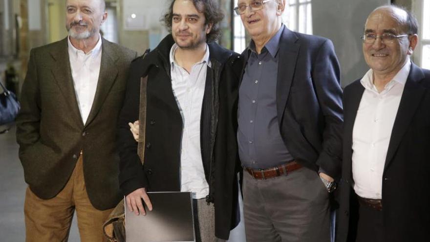 Márkaris, Pérez Reverte y Pedro Feijóo reciben el premio con un jurado de jóvenes