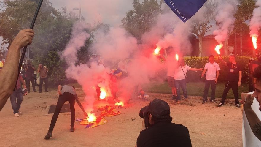 Queman 'esteladas' durante una concentración de extrema derecha en Barcelona por el 12-O