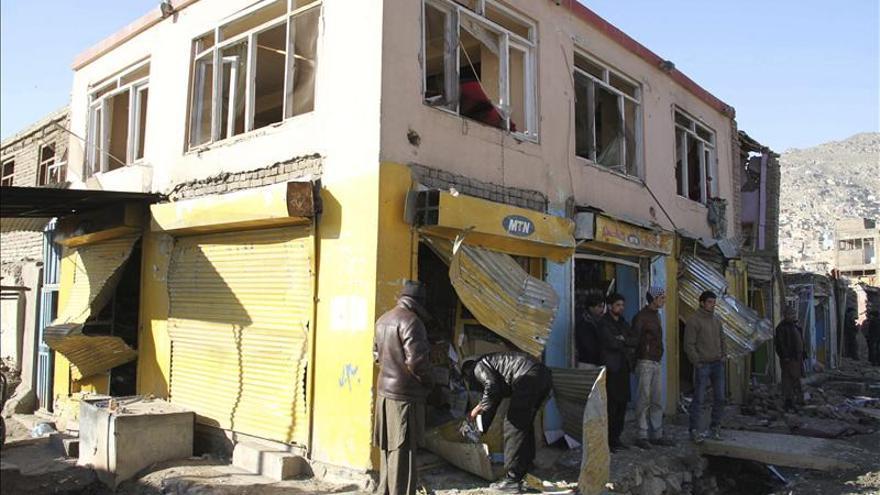 Mueren 10 policías, incluido un mando antiterrorista, en un atentado en Afganistán