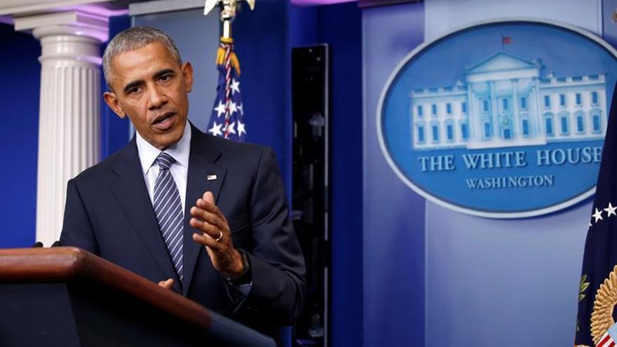 Obama dice no prestar atención a los tuits de Assange y defiende el perdón a Manning