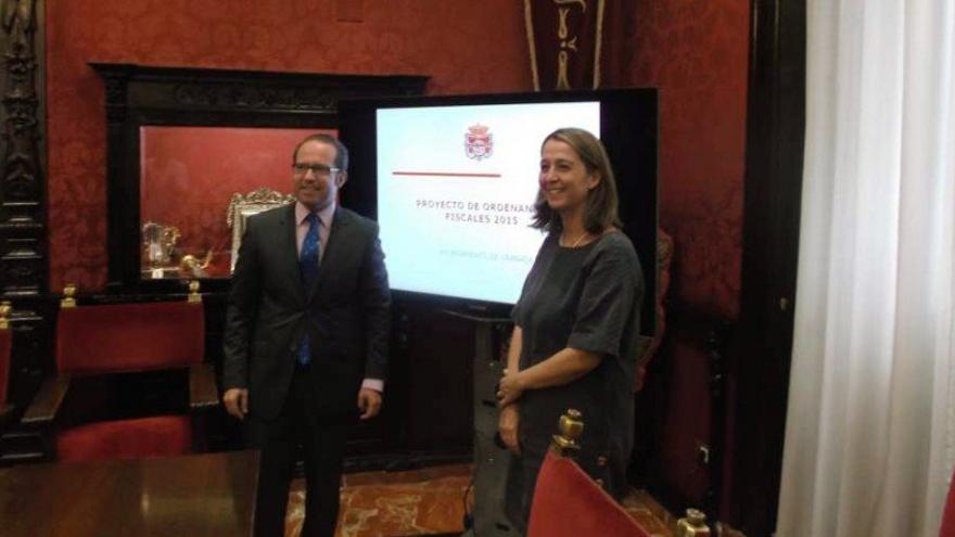 El concejal del PP en Granada, Francisco Ledesma (izq), presentando los presupuestos 2015.