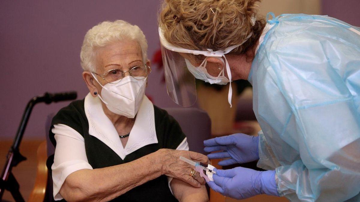 Araceli Hidalgo, la primera persona vacunada en España.