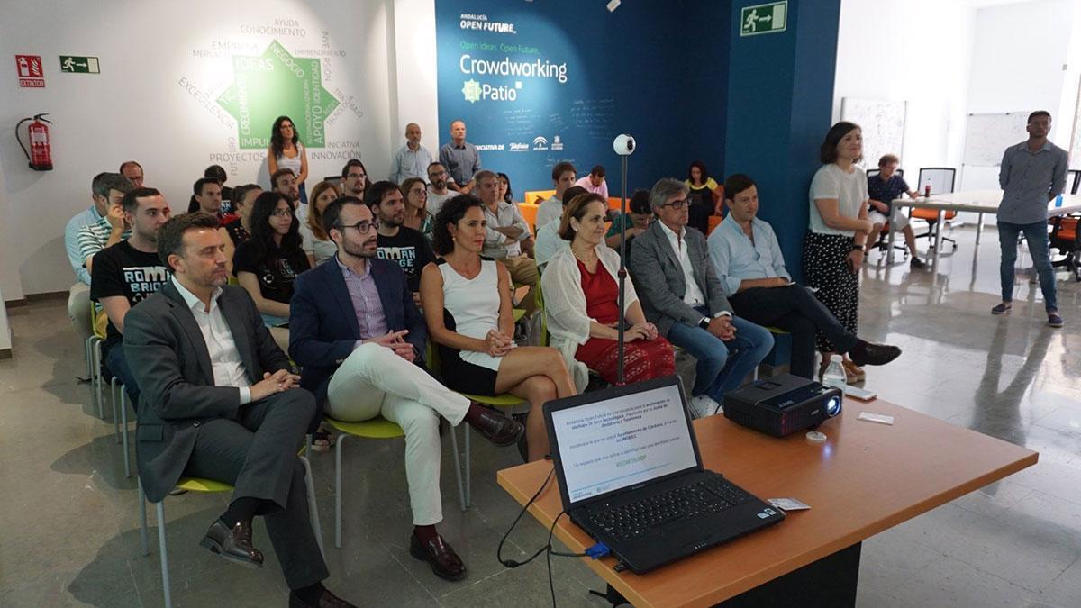 El delegado de Empleo, Ángel Herrador (segundo por la izda.), y la presidenta del Imdeec, Blanca Torrent (cuarta), participan en una actividad celebrada 'El Patio', en una imagen de archivo.