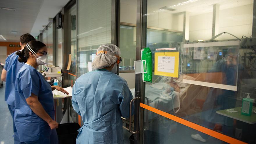 Personal sanitario atiende a enfermos de covid-19 en el Hospital Clínic de Barcelona