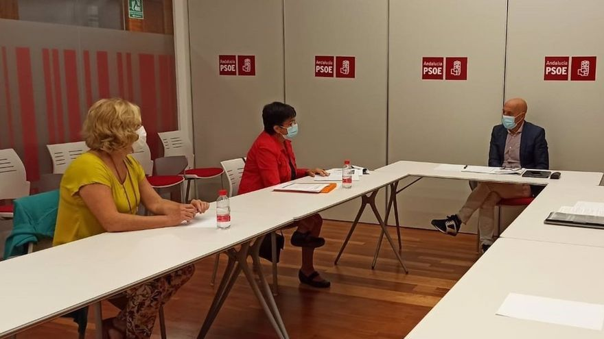 Hurtado (al fondo), en la reunión con representantes de la Asociación 'Derecho a Morir Dignamente'.