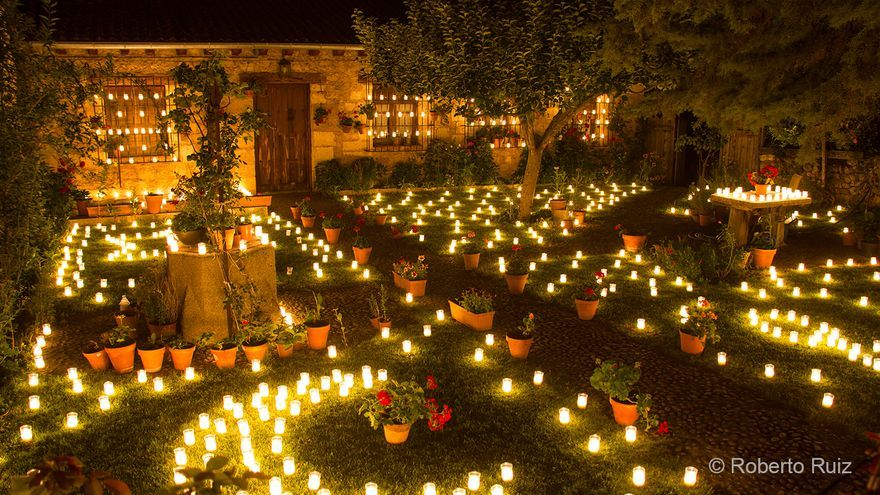 No hay rincón de Pedraza que quede sin iluminar, sus velas son un auténtico espectáculo de luz.