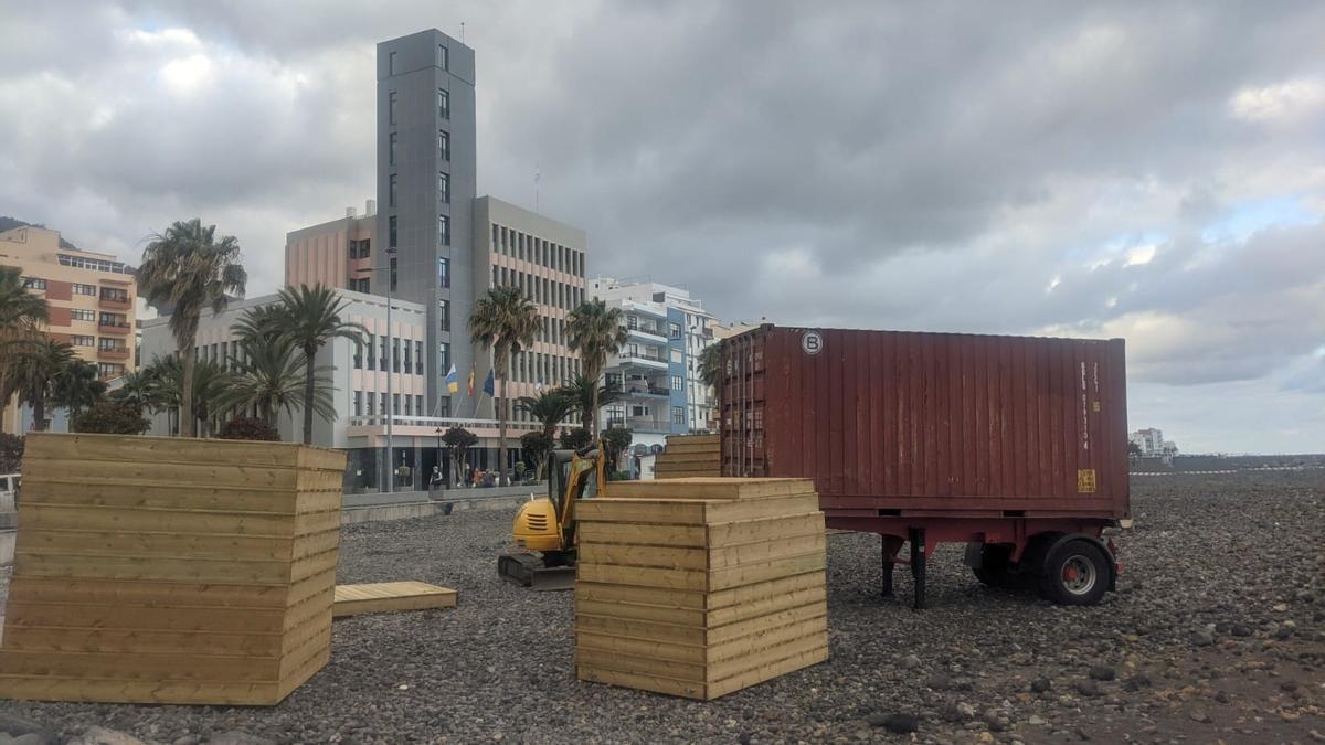 En la imagen, paneles de madera del futuro solárium de la playa de Santa Cruz de La Palma.