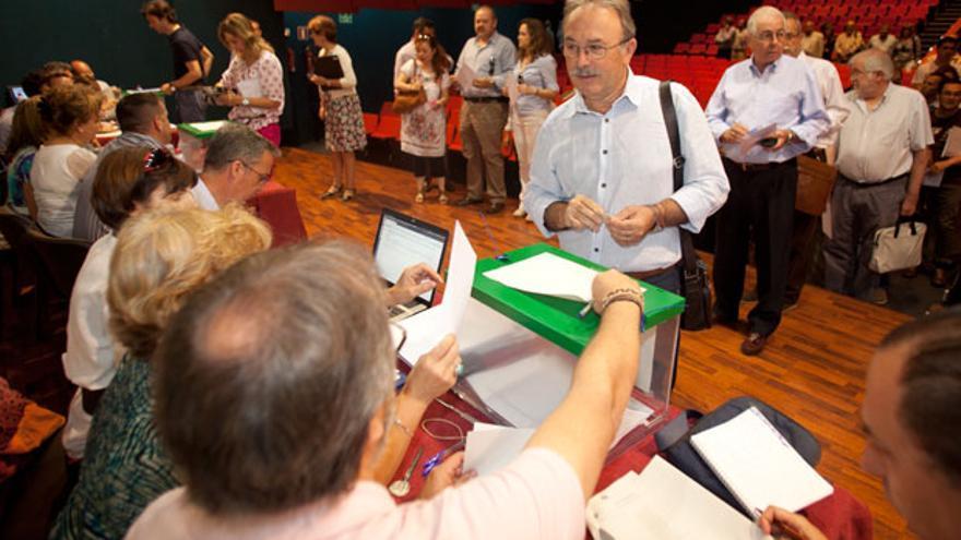Personal de la Universidad durante la votación de las elecciones a rector de mayo. | MADERO CUBERO