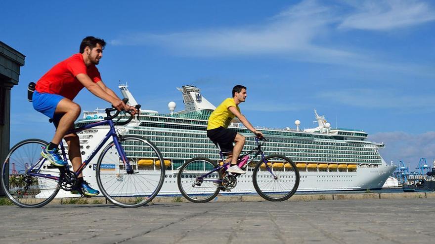 Ciclistas paseando por la Avenida Marítima de LPGC. (Flickr Lpapromoción).