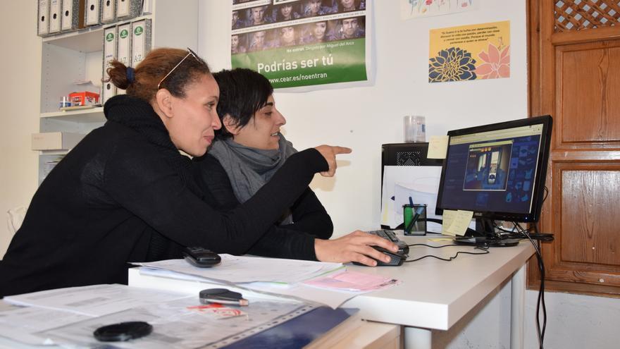Samira busca piso junto a una trabajadora de la Comisión Española de Ayuda al Refugiado.