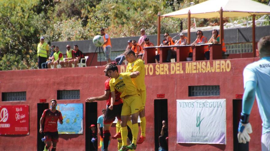En el partido hubo momentos de intensidad. Foto: JOSÉ AYUT.