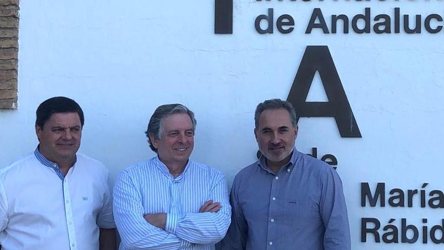 El director del curso junto a los ponentes Agustín Galán y Juan José Almagro.