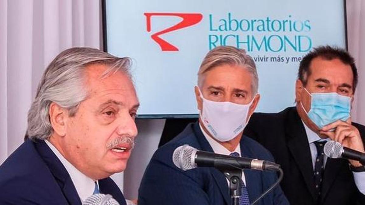 Alberto Fernández y Marcelo Figueiras, de Richmond, en la visita del Presidente a la planta del laboratorio en Pilar, el 4 de febrero de 2021.