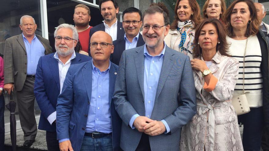 Rajoy, junto al presidente de la Diputación de Ourense, Manuel Baltar, en un acto de campaña de las gallegas.