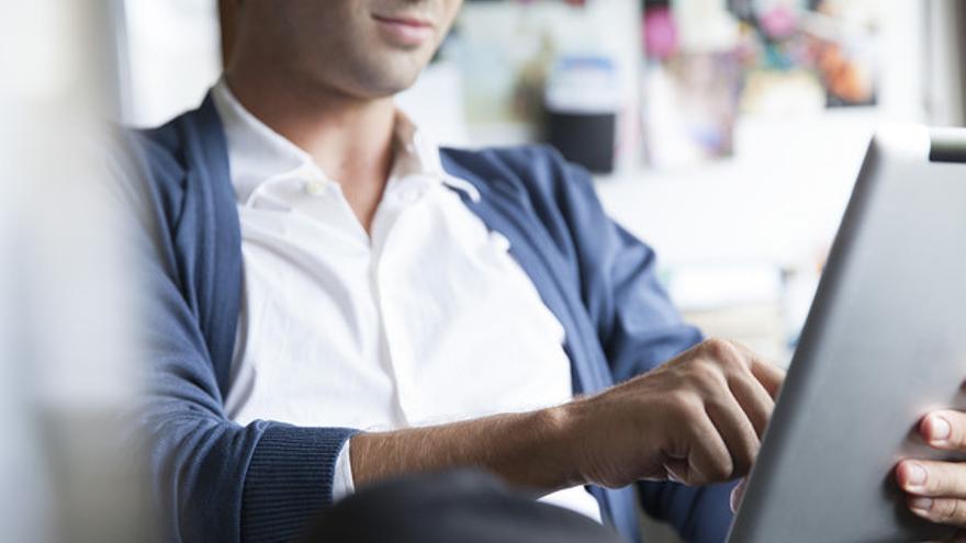 Un hombre usa una tablet, en una imagen de archivo.