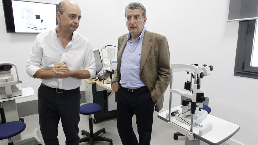 A la derecha el consejero de Sanidad, Sebastián Celaya.