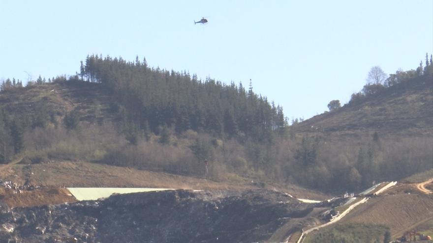 Un helicóptero lanza espuma sellante sobre el vertedero de Zaldibar para controlar posibles nuevos fuegos