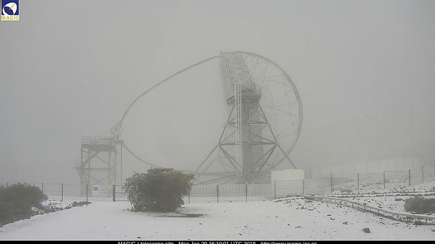 En la imagen, zona de uno de los telescopios MAGIC, este lunes, cubierta de nieve.