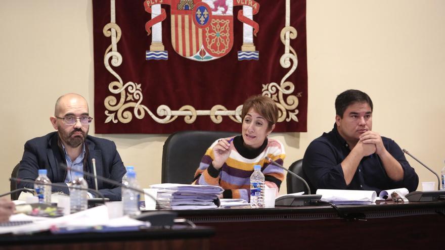De izquierda a derecha, el secretario municipal del Ayuntamiento de Mogán, la alcaldesa Onalia Bueno y el portavoz de Ciuca Mencey Navarro.